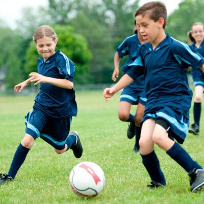 Barn med smärta i hälen blir hjälpte med hälkopp