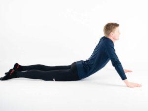 Bakåtböjning i liggandes. Övning vid ont i ryggen, ryggskott, diskbråck, ischias och lumbago.