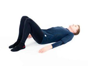 Ryggliggandes med böjda ben. Utgångs- och viloposition för ryggen