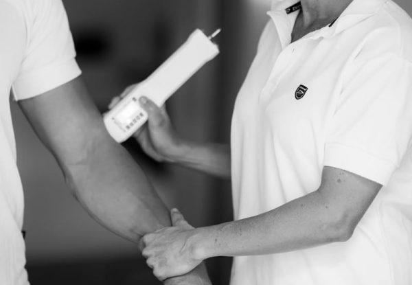 Laserbehandling av armbåge. Foto: Maria Agrell