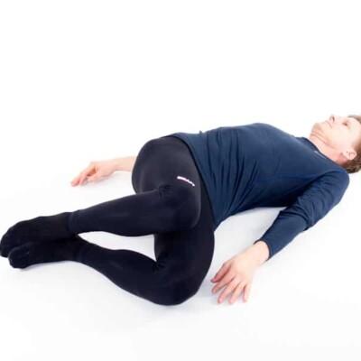 Ryggliggandes knäfällningar åt sidan. Övning vid ryggskott, diskbråck, iscihas, lumbago och ont i ryggen.
